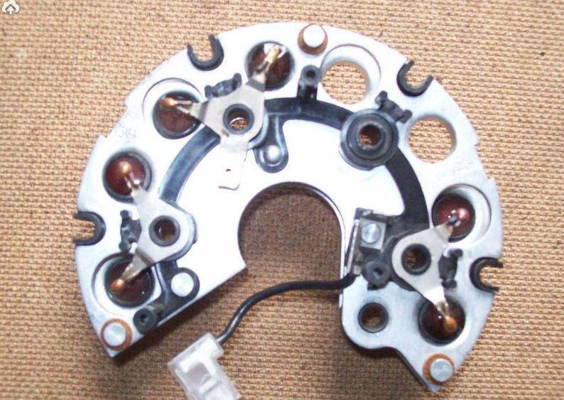 Рис. 1 Выпрямитель генератора представляет собой диодный мост со стабилитроном