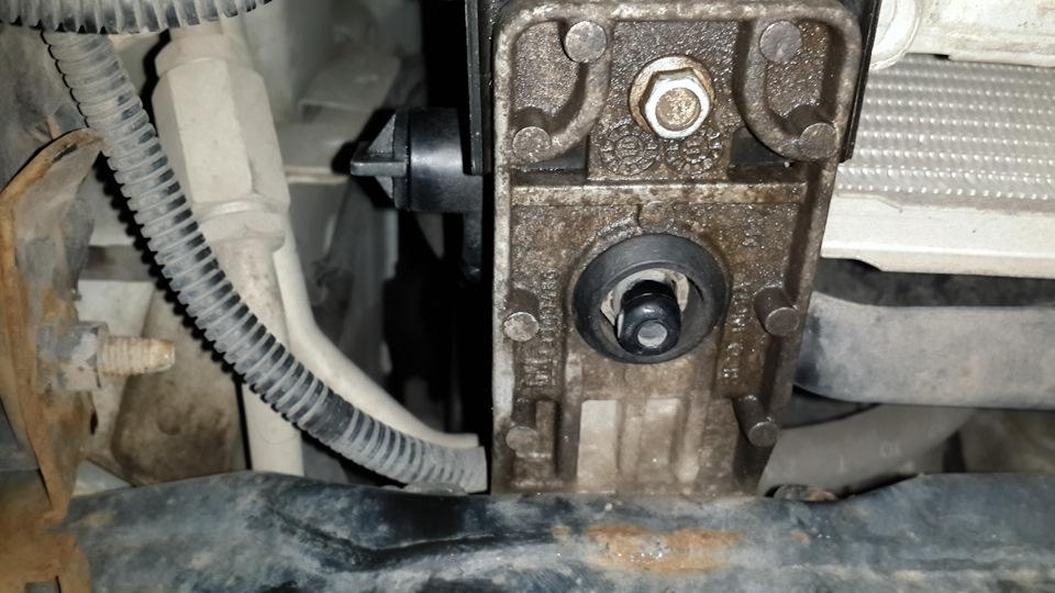 Следы потекшей охлаждающей жидкости на радиаторе