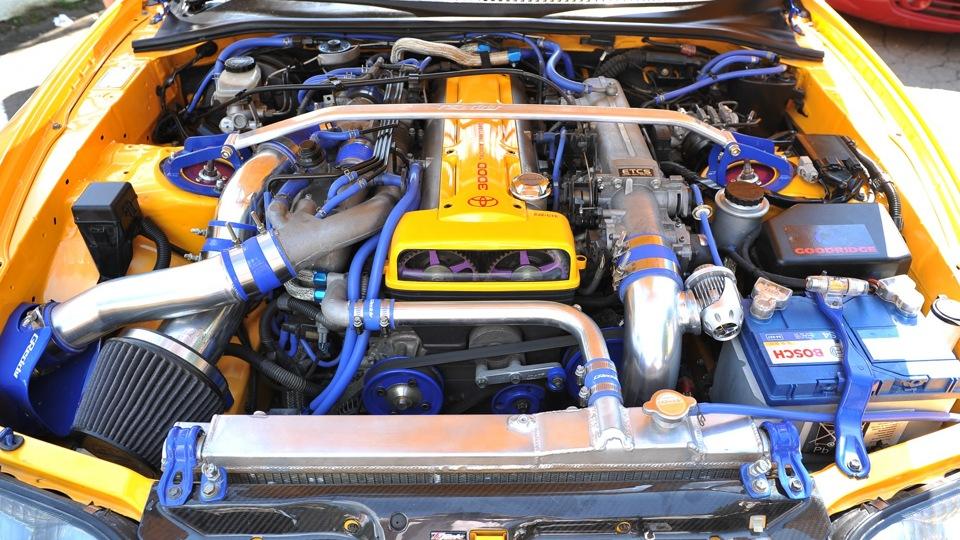 Подкапотное пространство двигателя TOYOTA Supra с культовым двигателем 2 jz GTE