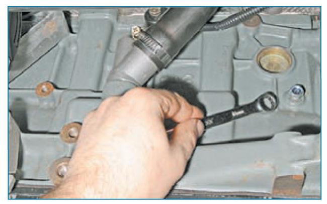 Выкрутить болт из блока двигателя