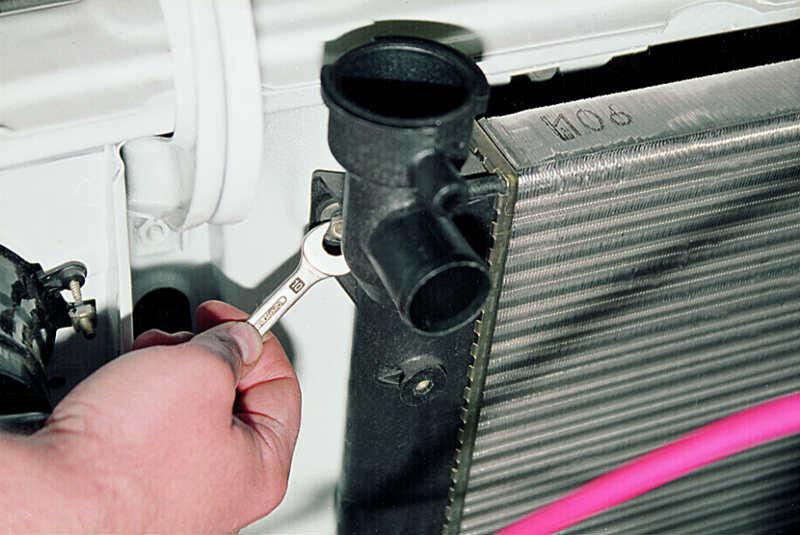 Инструкция по замене радиатора охлаждения двигателя Мазда Демио своими руками
