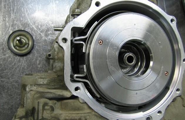 Получение доступа к тормозной ленте после снятия задней крышки АКПП