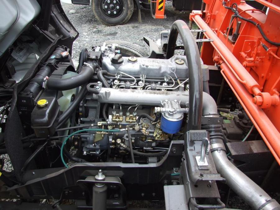 Двигатель D4DB под капотом автомобиля