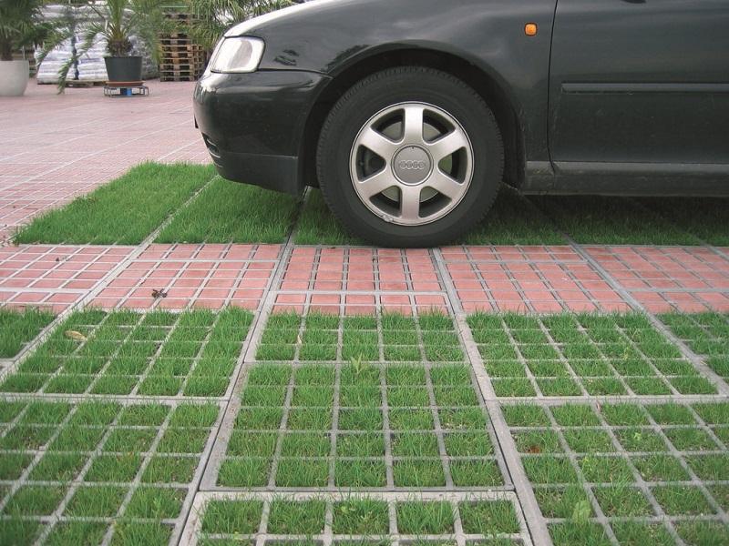 Парковка на участке с уклоном